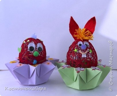 Сделали с дочкой за выходные много поделок к Пасхе. Яйца из ниток Алёна заготовила заранее, много получилось! Мы не все ещё декорировали. Корзинки и подставки для яиц нашли в Стране Вот первая http://stranamasterov.ru/node/336005 фото 4
