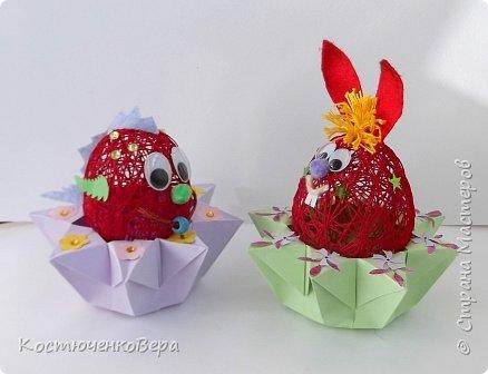 Сделали с дочкой за выходные много поделок к Пасхе. Яйца из ниток Алёна заготовила заранее, много получилось! Мы не все ещё декорировали. Корзинки и подставки для яиц нашли в Стране Вот первая http://stranamasterov.ru/node/336005 фото 5