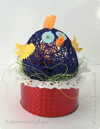 Сделали с дочкой за выходные много поделок к Пасхе. Яйца из ниток Алёна заготовила заранее, много получилось! Мы не все ещё декорировали. Корзинки и подставки для яиц нашли в Стране Вот первая http://stranamasterov.ru/node/336005 фото 11
