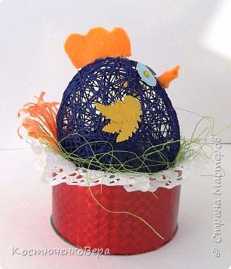 Сделали с дочкой за выходные много поделок к Пасхе. Яйца из ниток Алёна заготовила заранее, много получилось! Мы не все ещё декорировали. Корзинки и подставки для яиц нашли в Стране Вот первая http://stranamasterov.ru/node/336005 фото 12