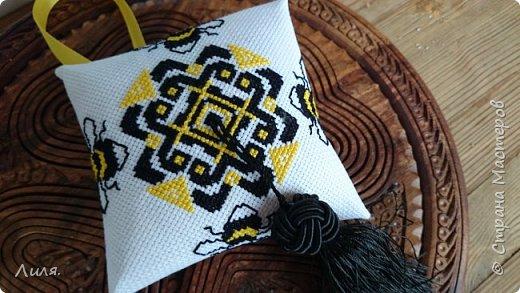Всем добрый день! Эту зигугу я вышивала ещё в прошлом году. Как же быстро летит время!  Вышивала в подарок подружке,любящей и собирающей пчелок.