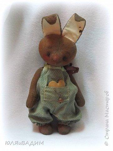 Тедди сшиты из вискозы производства Германия или винтажного плюша , очень плотно набиты опилками. В каждой игрушке по 5- 6 шплинтов. Одежда снимается. Рост с ушками заек 24-25см. фото 10