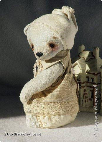 Тедди сшиты из вискозы производства Германия или винтажного плюша , очень плотно набиты опилками. В каждой игрушке по 5- 6 шплинтов. Одежда снимается. Рост с ушками заек 24-25см. фото 5
