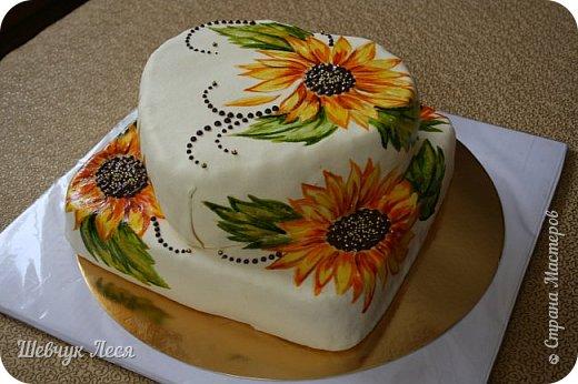 Приветик Всем!!!Хочу показать Вам какой тортик мы с дочкой придумали на день рождение нашему папе,мужу. Это новшество в оформлении тортов.Рисунок на мастике.Рисовала дочка пищевыми красками и плюс шоколад. Идея моя, а рисунок дочки! фото 5