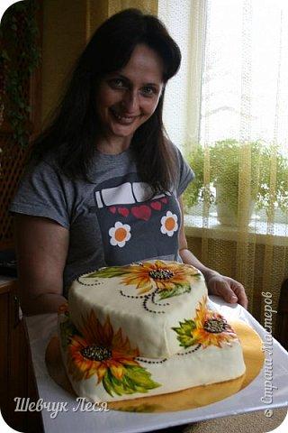 Приветик Всем!!!Хочу показать Вам какой тортик мы с дочкой придумали на день рождение нашему папе,мужу. Это новшество в оформлении тортов.Рисунок на мастике.Рисовала дочка пищевыми красками и плюс шоколад. Идея моя, а рисунок дочки! фото 8