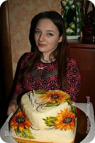 Приветик Всем!!!Хочу показать Вам какой тортик мы с дочкой придумали на день рождение нашему папе,мужу. Это новшество в оформлении тортов.Рисунок на мастике.Рисовала дочка пищевыми красками и плюс шоколад. Идея моя, а рисунок дочки! фото 9