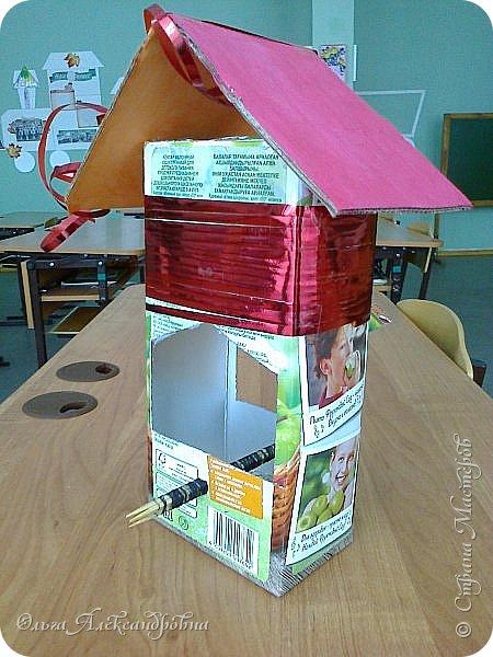 """Совсем недавно у нас прошел в классе проект """"Накормим птиц зимой"""" Дети вместе с родителями сделали самые разнообразные кормушки. Мы их повесили около школы. Теперь постоянно подкармливаем птичек. фото 3"""