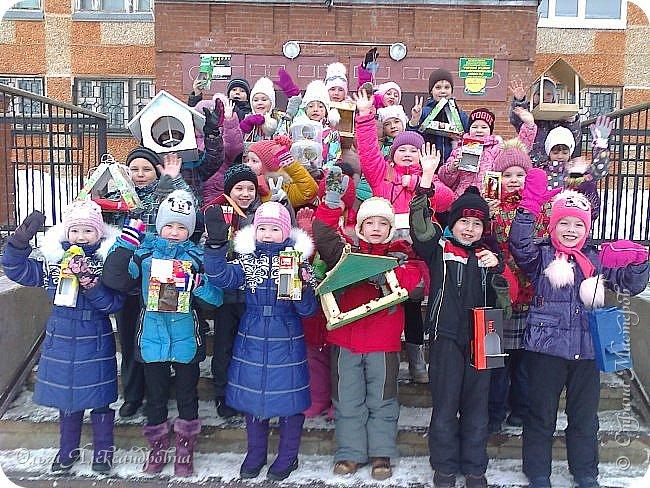 """Совсем недавно у нас прошел в классе проект """"Накормим птиц зимой"""" Дети вместе с родителями сделали самые разнообразные кормушки. Мы их повесили около школы. Теперь постоянно подкармливаем птичек. фото 1"""