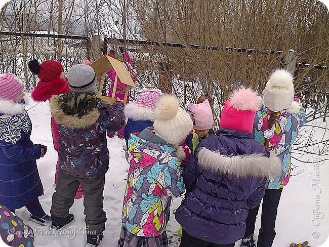 """Совсем недавно у нас прошел в классе проект """"Накормим птиц зимой"""" Дети вместе с родителями сделали самые разнообразные кормушки. Мы их повесили около школы. Теперь постоянно подкармливаем птичек. фото 13"""