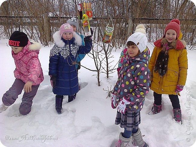 """Совсем недавно у нас прошел в классе проект """"Накормим птиц зимой"""" Дети вместе с родителями сделали самые разнообразные кормушки. Мы их повесили около школы. Теперь постоянно подкармливаем птичек. фото 17"""