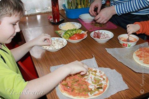 """Всем привет!!! Задали нам недавно в школе сделать проект на тему: """"Школа кулинаров""""! Ну не пропадать же добру! Решила я всё это дело выложить! Тем более,  сама часто пользуюсь рецептами с сайта и, пользуясь случаем, хочу выразить особую благодарность девочкам, рецептами которых я часто пользуюсь!!! http://stranamasterov.ru/user/351615!http://stranamasterov.ru/user/272574  Девочки! Большое спасибо за ваш вкусный опыт, знания и маленькие кулинарные секретики!)))Очень благодарна вам за наши вкусные семейные ужины и обеды!!!)))    Салат """"Светофор"""". Этот салат родился в день рождения моего папы.   Он не любит салаты, считает их - кучей перемешанных в майонезе овощей. Мы сделали для него этот салат и теперь, каждый праздник, готовим это блюдо, постоянно меняя состав. Любой желающий может положить себе любой набор овощей или весь состав вместе с заправкой.  фото 10"""