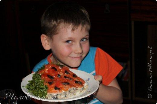 """Всем привет!!! Задали нам недавно в школе сделать проект на тему: """"Школа кулинаров""""! Ну не пропадать же добру! Решила я всё это дело выложить! Тем более,  сама часто пользуюсь рецептами с сайта и, пользуясь случаем, хочу выразить особую благодарность девочкам, рецептами которых я часто пользуюсь!!! http://stranamasterov.ru/user/351615!http://stranamasterov.ru/user/272574  Девочки! Большое спасибо за ваш вкусный опыт, знания и маленькие кулинарные секретики!)))Очень благодарна вам за наши вкусные семейные ужины и обеды!!!)))    Салат """"Светофор"""". Этот салат родился в день рождения моего папы.   Он не любит салаты, считает их - кучей перемешанных в майонезе овощей. Мы сделали для него этот салат и теперь, каждый праздник, готовим это блюдо, постоянно меняя состав. Любой желающий может положить себе любой набор овощей или весь состав вместе с заправкой.  фото 3"""