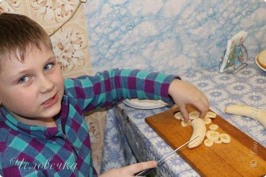 """Всем привет!!! Задали нам недавно в школе сделать проект на тему: """"Школа кулинаров""""! Ну не пропадать же добру! Решила я всё это дело выложить! Тем более,  сама часто пользуюсь рецептами с сайта и, пользуясь случаем, хочу выразить особую благодарность девочкам, рецептами которых я часто пользуюсь!!! http://stranamasterov.ru/user/351615!http://stranamasterov.ru/user/272574  Девочки! Большое спасибо за ваш вкусный опыт, знания и маленькие кулинарные секретики!)))Очень благодарна вам за наши вкусные семейные ужины и обеды!!!)))    Салат """"Светофор"""". Этот салат родился в день рождения моего папы.   Он не любит салаты, считает их - кучей перемешанных в майонезе овощей. Мы сделали для него этот салат и теперь, каждый праздник, готовим это блюдо, постоянно меняя состав. Любой желающий может положить себе любой набор овощей или весь состав вместе с заправкой.  фото 7"""