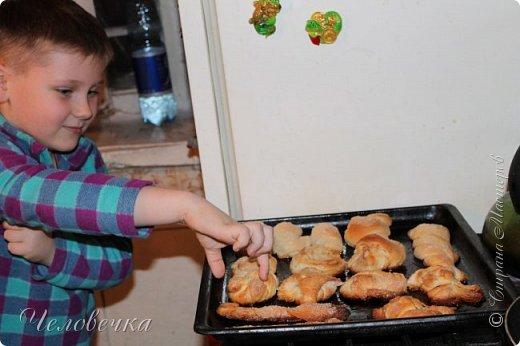 """Всем привет!!! Задали нам недавно в школе сделать проект на тему: """"Школа кулинаров""""! Ну не пропадать же добру! Решила я всё это дело выложить! Тем более,  сама часто пользуюсь рецептами с сайта и, пользуясь случаем, хочу выразить особую благодарность девочкам, рецептами которых я часто пользуюсь!!! http://stranamasterov.ru/user/351615!http://stranamasterov.ru/user/272574  Девочки! Большое спасибо за ваш вкусный опыт, знания и маленькие кулинарные секретики!)))Очень благодарна вам за наши вкусные семейные ужины и обеды!!!)))    Салат """"Светофор"""". Этот салат родился в день рождения моего папы.   Он не любит салаты, считает их - кучей перемешанных в майонезе овощей. Мы сделали для него этот салат и теперь, каждый праздник, готовим это блюдо, постоянно меняя состав. Любой желающий может положить себе любой набор овощей или весь состав вместе с заправкой.  фото 8"""