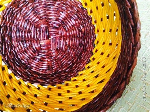 Всем привет!))) я с очередной порцией моих корзинок. Продолжаю изучать, пробовать новые техники плетения. Эта корзинка моя самая лучшая на мой взгляд работа) сплелась она быстро благодаря послойному плетению двумя трубочками, МК взяла здесь http://stranamasterov.ru/node/859309?c=favorite. Плести очень понравилось. фото 1
