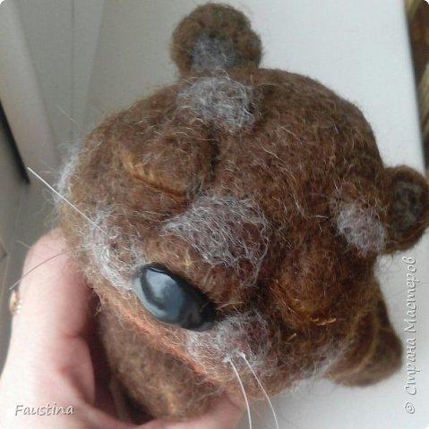 Дорогие мастера! Спешу поделиться впечатлениями!!! Этот прикольный мишка изготовлен всего за один день,а точнее за час,т.к. все остальное время ушло на просушку))) Свалян,в основном мокрым способом,поэтому,кому станет интересно,я снабжаю свой пост фотоотчетом. Все очень легко!!! Можно сделать любую зверушку и обыграть по-своему. Лично я этого мишку одену в памперсы и чепчик,на шею повешу соску,получится плачущий малыш. Можно сделать разных зверушек,посадить их рядышком,дать в лапы музыкальные инструменты,получится ансамбль))) Вариантов масса!!! фото 10