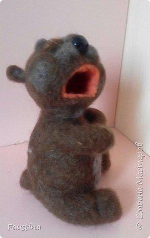 Дорогие мастера! Спешу поделиться впечатлениями!!! Этот прикольный мишка изготовлен всего за один день,а точнее за час,т.к. все остальное время ушло на просушку))) Свалян,в основном мокрым способом,поэтому,кому станет интересно,я снабжаю свой пост фотоотчетом. Все очень легко!!! Можно сделать любую зверушку и обыграть по-своему. Лично я этого мишку одену в памперсы и чепчик,на шею повешу соску,получится плачущий малыш. Можно сделать разных зверушек,посадить их рядышком,дать в лапы музыкальные инструменты,получится ансамбль))) Вариантов масса!!! фото 5
