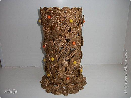 Уважаемые жители и гости Страны мастеров! Сегодня показываю ещё одну вазу из джутовой верёвки. Натолкнула на мысль стеклянная банка на кухонном столе, в которую убирались салфетки - циновки после трапезы. фото 1