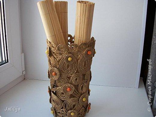 Уважаемые жители и гости Страны мастеров! Сегодня показываю ещё одну вазу из джутовой верёвки. Натолкнула на мысль стеклянная банка на кухонном столе, в которую убирались салфетки - циновки после трапезы. фото 2