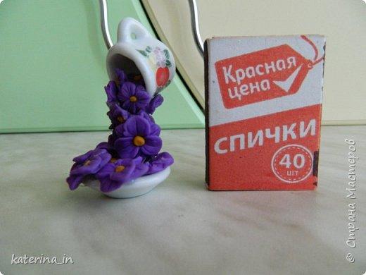 Маленькая парящая чашечка высотой всего со спичечный коробок,цветы из полимерной глины. фото 1