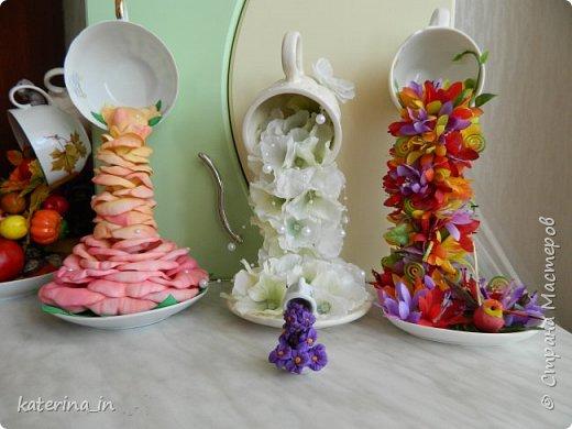 Маленькая парящая чашечка высотой всего со спичечный коробок,цветы из полимерной глины. фото 2