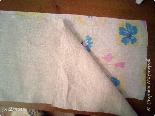 Добрый день предлагаю сшить текстильную корзиночку!  Нам понадобятся: - льняная ткань;  - х/б кружево 2-х видов — узкое и широкое;  - х/б ткань любой расцветки;  - флизелин;  - синтепон;  - нитки в тон, булавки.   Для вышивки лентами понадобятся:  - ленты атласные розового оттенка 2 цветов шириной 12 мм;  - ленты атласные зеленого оттенка шириной 6 мм;  - мулине в тон лент;  - мулине зеленого цвета. фото 4