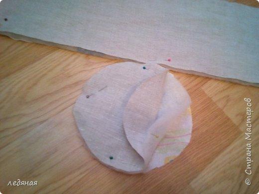 Добрый день предлагаю сшить текстильную корзиночку!  Нам понадобятся: - льняная ткань;  - х/б кружево 2-х видов — узкое и широкое;  - х/б ткань любой расцветки;  - флизелин;  - синтепон;  - нитки в тон, булавки.   Для вышивки лентами понадобятся:  - ленты атласные розового оттенка 2 цветов шириной 12 мм;  - ленты атласные зеленого оттенка шириной 6 мм;  - мулине в тон лент;  - мулине зеленого цвета. фото 5