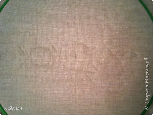 Добрый день предлагаю сшить текстильную корзиночку! Нам понадобятся: - льняная ткань; - х/б кружево 2-х видов — узкое и широкое; - х/б ткань любой расцветки; - флизелин; - синтепон; - нитки в тон, булавки. Для вышивки лентами понадобятся: - ленты атласные розового оттенка 2 цветов шириной 12 мм; - ленты атласные зеленого оттенка шириной 6 мм; - мулине в тон лент; - мулине зеленого цвета. фото 9
