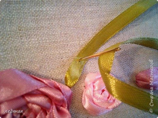 Добрый день предлагаю сшить текстильную корзиночку! Нам понадобятся: - льняная ткань; - х/б кружево 2-х видов — узкое и широкое; - х/б ткань любой расцветки; - флизелин; - синтепон; - нитки в тон, булавки. Для вышивки лентами понадобятся: - ленты атласные розового оттенка 2 цветов шириной 12 мм; - ленты атласные зеленого оттенка шириной 6 мм; - мулине в тон лент; - мулине зеленого цвета. фото 15