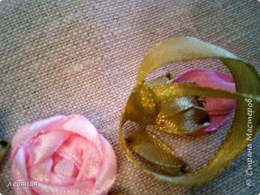 Добрый день предлагаю сшить текстильную корзиночку!  Нам понадобятся: - льняная ткань;  - х/б кружево 2-х видов — узкое и широкое;  - х/б ткань любой расцветки;  - флизелин;  - синтепон;  - нитки в тон, булавки.   Для вышивки лентами понадобятся:  - ленты атласные розового оттенка 2 цветов шириной 12 мм;  - ленты атласные зеленого оттенка шириной 6 мм;  - мулине в тон лент;  - мулине зеленого цвета. фото 18