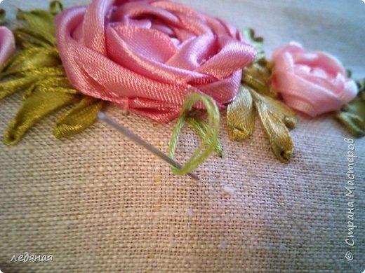 Добрый день предлагаю сшить текстильную корзиночку! Нам понадобятся: - льняная ткань; - х/б кружево 2-х видов — узкое и широкое; - х/б ткань любой расцветки; - флизелин; - синтепон; - нитки в тон, булавки. Для вышивки лентами понадобятся: - ленты атласные розового оттенка 2 цветов шириной 12 мм; - ленты атласные зеленого оттенка шириной 6 мм; - мулине в тон лент; - мулине зеленого цвета. фото 20
