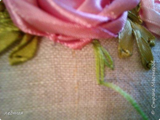 Добрый день предлагаю сшить текстильную корзиночку!  Нам понадобятся: - льняная ткань;  - х/б кружево 2-х видов — узкое и широкое;  - х/б ткань любой расцветки;  - флизелин;  - синтепон;  - нитки в тон, булавки.   Для вышивки лентами понадобятся:  - ленты атласные розового оттенка 2 цветов шириной 12 мм;  - ленты атласные зеленого оттенка шириной 6 мм;  - мулине в тон лент;  - мулине зеленого цвета. фото 21