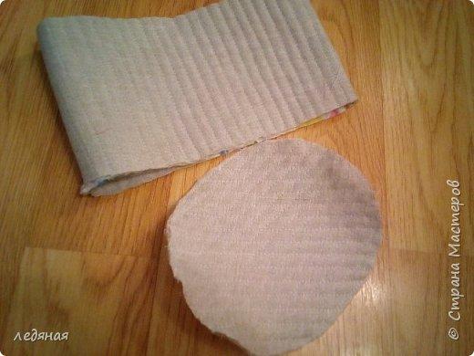 Добрый день предлагаю сшить текстильную корзиночку! Нам понадобятся: - льняная ткань; - х/б кружево 2-х видов — узкое и широкое; - х/б ткань любой расцветки; - флизелин; - синтепон; - нитки в тон, булавки. Для вышивки лентами понадобятся: - ленты атласные розового оттенка 2 цветов шириной 12 мм; - ленты атласные зеленого оттенка шириной 6 мм; - мулине в тон лент; - мулине зеленого цвета. фото 8