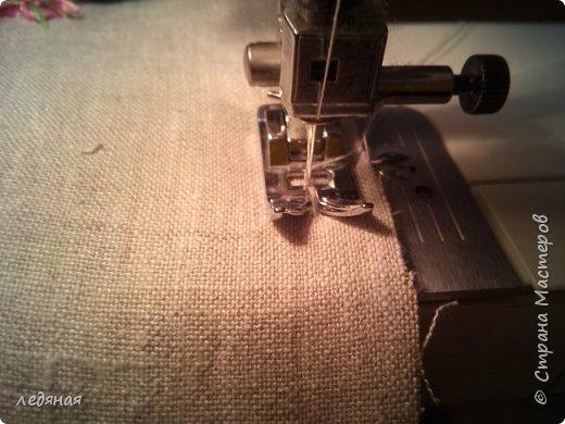 Добрый день предлагаю сшить текстильную корзиночку!  Нам понадобятся: - льняная ткань;  - х/б кружево 2-х видов — узкое и широкое;  - х/б ткань любой расцветки;  - флизелин;  - синтепон;  - нитки в тон, булавки.   Для вышивки лентами понадобятся:  - ленты атласные розового оттенка 2 цветов шириной 12 мм;  - ленты атласные зеленого оттенка шириной 6 мм;  - мулине в тон лент;  - мулине зеленого цвета. фото 26