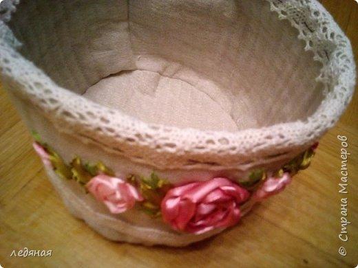 Добрый день предлагаю сшить текстильную корзиночку! Нам понадобятся: - льняная ткань; - х/б кружево 2-х видов — узкое и широкое; - х/б ткань любой расцветки; - флизелин; - синтепон; - нитки в тон, булавки. Для вышивки лентами понадобятся: - ленты атласные розового оттенка 2 цветов шириной 12 мм; - ленты атласные зеленого оттенка шириной 6 мм; - мулине в тон лент; - мулине зеленого цвета. фото 28