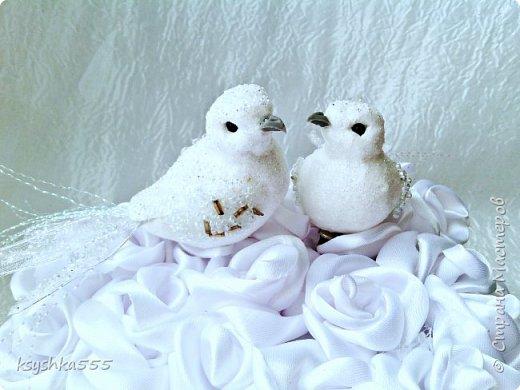 Один из самых трогательных и романтичных моментов на свадьбе – это обмен кольцами как знак вечной любви и совместной неразлучной жизни. Колечки жениху и невесте подносят на блюдечке, подносе, в бокале, красивой коробочке или специальной подушечке для колец. фото 4
