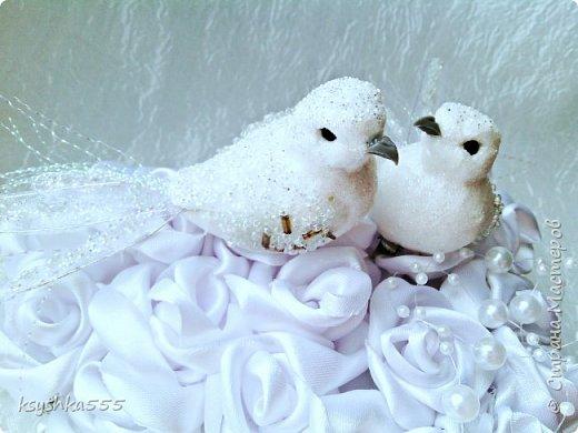Один из самых трогательных и романтичных моментов на свадьбе – это обмен кольцами как знак вечной любви и совместной неразлучной жизни. Колечки жениху и невесте подносят на блюдечке, подносе, в бокале, красивой коробочке или специальной подушечке для колец. фото 3