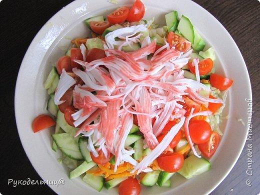 Добрый вечер жители СМ. Сегодня я к вам с салатом. Купила копчёного кальмара, а он какой-то суховатый. Вот и попал он в салат. кол-во продуктов произвольное. корейская морковь копчёный кальмар огурец яйцо майонез(лучше домашний) фото 3