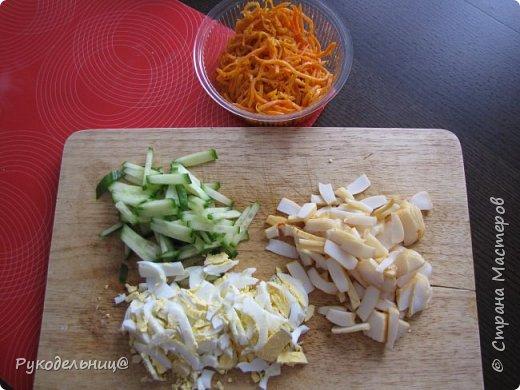 Добрый вечер жители СМ. Сегодня я к вам с салатом. Купила копчёного кальмара, а он какой-то суховатый. Вот и попал он в салат. кол-во продуктов произвольное. корейская морковь копчёный кальмар огурец яйцо майонез(лучше домашний) фото 2