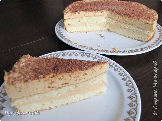 Всем добрый вечер. Выложила сначала у себя солёненькое, теперь переходим к десерту. На праздник для своих любимых мужчин(а их у меня трое, и все любят похомячить) я готовила вот этот торт. Теперь делюсь с вами. Альтернатива торту птичье молоко, только с карамельным вкусом, поэтому и название карамельная птичка. бисквит: 140,0сахара 140,0 муки  4 яйца ваниль 2ст.л. кипятка 2ст.л.растит.масла  крем-мусс: 1банка вареной сгущенки 100,0 размягч. слив. масла 200,0 густой сметаны 20,0 желатина растворить в 80мл воды 5 яичных белков  для пропитки коржей: 100мл воды 1ст.л. сахара я пропитывала разведённым сиропом облепихи. фото 17