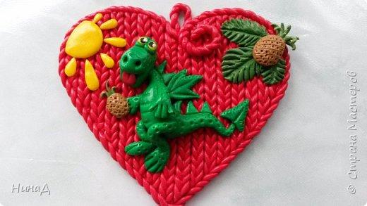 Здравствуй страна! Сын попросил сделать ему сердечко с Дракончиком. Вот и родился такой малыш. Все из запекаемой полимерной глины. фото 1