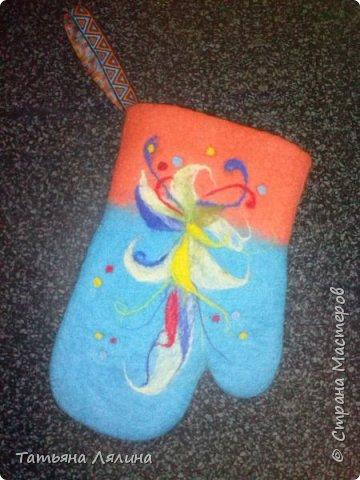 Благодаря мастерицам Страны попробовала технику мокрого валяния, и очень кстати! Проблема подарков моим любимым женщинам отпала сама собой, все получат вот такие милые рукавички-прихватки! фото 1