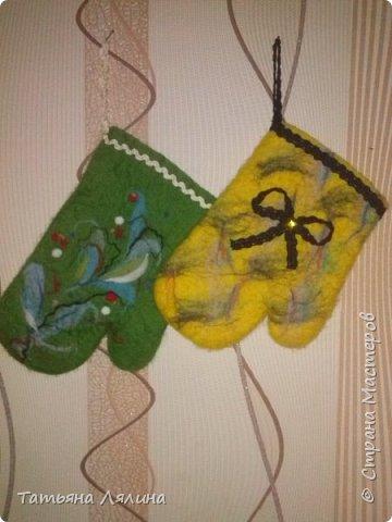 Благодаря мастерицам Страны попробовала технику мокрого валяния, и очень кстати! Проблема подарков моим любимым женщинам отпала сама собой, все получат вот такие милые рукавички-прихватки! фото 3