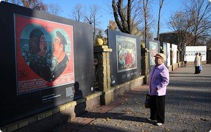 Всем большой привет! В 2013 году в Гродно был осуществлён Арт-проект Zabor. Почему только сейчас об этом делаю запись? Разбирал на ноуте свои архивы и наткнулся на видеосъёмки, вспомнил об этом событии.  Идея арт-проекта заключалась в том, чтобы показать широкой публике работы современных художников Беларуси. Для показа отобрали несколько произведений пяти авторов, сделали изображение на прочных пластиковых щитах длиной около трёх метров и высотой около двух метров. Эти щиты прикрепили на забор нашего городского парка. Щиты с картинами висели так с 25-го октября по 27-е декабря. В нашем городе такой проект осуществлён впервые, но в двух или трёх городах Беларуси (до проекта в Гродно) такое уже было. Решил показать для ознакомления с частичкой культурной жизни моего города. Фото из Интернета, видео - моё. Простите за качество видео и за посторонние шумы, снимал на ходу камерой сотового телефона, просто для ознакомления с общей идеей такой выставки. фото 4
