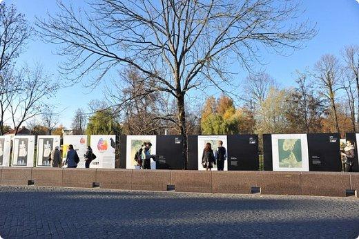 Всем большой привет! В 2013 году в Гродно был осуществлён Арт-проект Zabor. Почему только сейчас об этом делаю запись? Разбирал на ноуте свои архивы и наткнулся на видеосъёмки, вспомнил об этом событии.  Идея арт-проекта заключалась в том, чтобы показать широкой публике работы современных художников Беларуси. Для показа отобрали несколько произведений пяти авторов, сделали изображение на прочных пластиковых щитах длиной около трёх метров и высотой около двух метров. Эти щиты прикрепили на забор нашего городского парка. Щиты с картинами висели так с 25-го октября по 27-е декабря. В нашем городе такой проект осуществлён впервые, но в двух или трёх городах Беларуси (до проекта в Гродно) такое уже было. Решил показать для ознакомления с частичкой культурной жизни моего города. Фото из Интернета, видео - моё. Простите за качество видео и за посторонние шумы, снимал на ходу камерой сотового телефона, просто для ознакомления с общей идеей такой выставки. фото 2