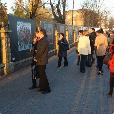 Всем большой привет! В 2013 году в Гродно был осуществлён Арт-проект Zabor. Почему только сейчас об этом делаю запись? Разбирал на ноуте свои архивы и наткнулся на видеосъёмки, вспомнил об этом событии.  Идея арт-проекта заключалась в том, чтобы показать широкой публике работы современных художников Беларуси. Для показа отобрали несколько произведений пяти авторов, сделали изображение на прочных пластиковых щитах длиной около трёх метров и высотой около двух метров. Эти щиты прикрепили на забор нашего городского парка. Щиты с картинами висели так с 25-го октября по 27-е декабря. В нашем городе такой проект осуществлён впервые, но в двух или трёх городах Беларуси (до проекта в Гродно) такое уже было. Решил показать для ознакомления с частичкой культурной жизни моего города. Фото из Интернета, видео - моё. Простите за качество видео и за посторонние шумы, снимал на ходу камерой сотового телефона, просто для ознакомления с общей идеей такой выставки. фото 3