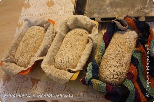 Здравствуйте! Решила сегодня поделиться своим рецептом и способом приготовления хлеба на закваске.  Некоторое время назад наша семья перешла на БИО муку вместо обычной магазинной (т.е. на выращенную без применения пестицидов и других химикатов во время выращивания, сбора и т.п.). Она несколькоо отличается от обычной в применении :) Но это просто нюанс. Всё то же самое можно сделать и из обычной муки.   Наша семья по больше части (кроме старшего сына) кислый хлеб не любит, поэтому я постепенно пришла к рецепту такого хлеба, который нравился бы всем. Как известно, хлеб на закваске почти всегда кислит, но всё-таки есть некоторые хитрости, помогающие эту кислинку свести к минимуму, а иногда и совсем убрать. фото 34