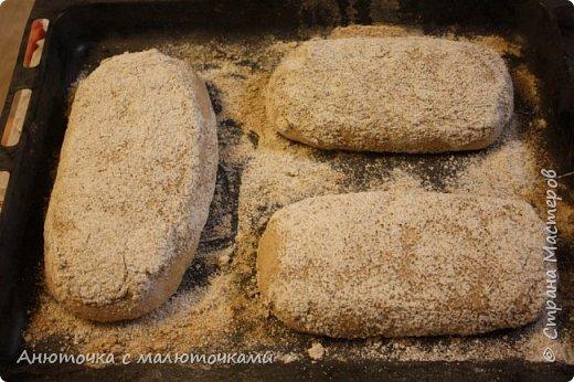 Здравствуйте! Решила сегодня поделиться своим рецептом и способом приготовления хлеба на закваске.  Некоторое время назад наша семья перешла на БИО муку вместо обычной магазинной (т.е. на выращенную без применения пестицидов и других химикатов во время выращивания, сбора и т.п.). Она несколькоо отличается от обычной в применении :) Но это просто нюанс. Всё то же самое можно сделать и из обычной муки.   Наша семья по больше части (кроме старшего сына) кислый хлеб не любит, поэтому я постепенно пришла к рецепту такого хлеба, который нравился бы всем. Как известно, хлеб на закваске почти всегда кислит, но всё-таки есть некоторые хитрости, помогающие эту кислинку свести к минимуму, а иногда и совсем убрать. фото 36