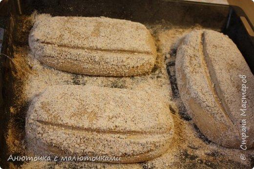 Здравствуйте! Решила сегодня поделиться своим рецептом и способом приготовления хлеба на закваске.  Некоторое время назад наша семья перешла на БИО муку вместо обычной магазинной (т.е. на выращенную без применения пестицидов и других химикатов во время выращивания, сбора и т.п.). Она несколькоо отличается от обычной в применении :) Но это просто нюанс. Всё то же самое можно сделать и из обычной муки.   Наша семья по больше части (кроме старшего сына) кислый хлеб не любит, поэтому я постепенно пришла к рецепту такого хлеба, который нравился бы всем. Как известно, хлеб на закваске почти всегда кислит, но всё-таки есть некоторые хитрости, помогающие эту кислинку свести к минимуму, а иногда и совсем убрать. фото 37