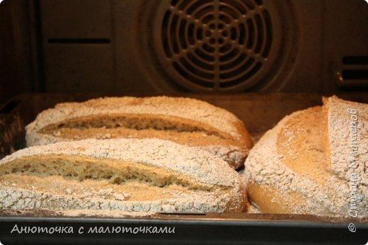 Здравствуйте! Решила сегодня поделиться своим рецептом и способом приготовления хлеба на закваске.  Некоторое время назад наша семья перешла на БИО муку вместо обычной магазинной (т.е. на выращенную без применения пестицидов и других химикатов во время выращивания, сбора и т.п.). Она несколькоо отличается от обычной в применении :) Но это просто нюанс. Всё то же самое можно сделать и из обычной муки.   Наша семья по больше части (кроме старшего сына) кислый хлеб не любит, поэтому я постепенно пришла к рецепту такого хлеба, который нравился бы всем. Как известно, хлеб на закваске почти всегда кислит, но всё-таки есть некоторые хитрости, помогающие эту кислинку свести к минимуму, а иногда и совсем убрать. фото 39